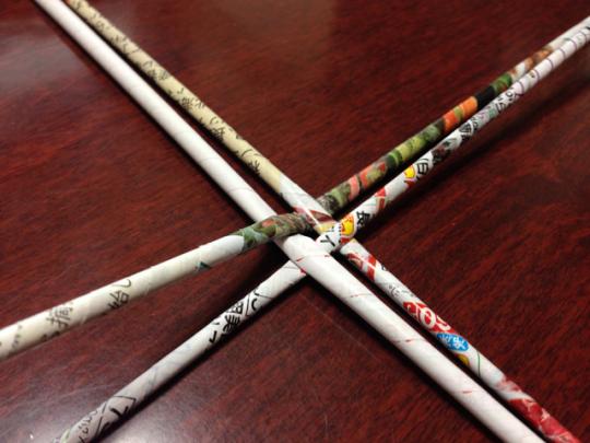 エコバスケットの作り方:チラシの巻棒を編んで底辺を作る