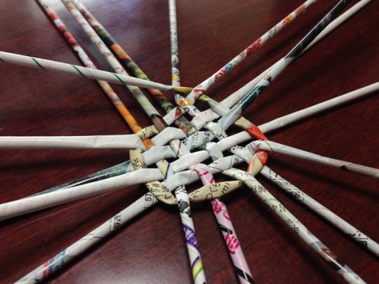 エコバスケットの作り方:チラシの巻棒をぐるりと一周させて上下をまたぎ、円を描いていく