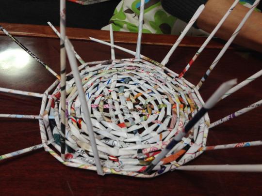 エコバスケットの作り方:ぐるりと一周させて上下をまたぎ、円を描き、放射線状に広げていく