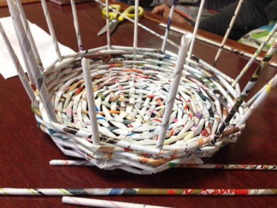 エコバスケットの作り方:四方八方に広がったチラシの巻棒を上90度に折り曲げ、底面と同じやり方で今度は側面を形取っていく