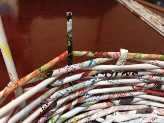 エコバスケットの作り方:余分な棒をはさみでカットし、側面に折り込む