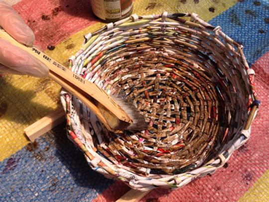 エコバスケットの作り方:水性の塗料で全体にムラがでないように塗る