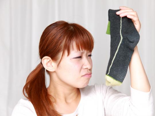 【CHINTAI情報局】若い世代が多い? 足汗の原因と対策を専門医に聞いた