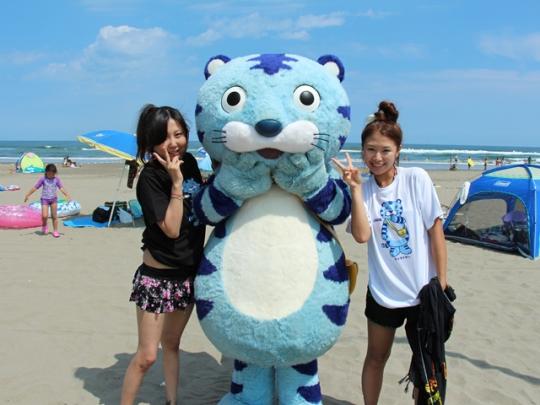 【CHINTAI情報局】チンタイガーが海の家をお手伝い!? オリジナルTシャツ抽選会も