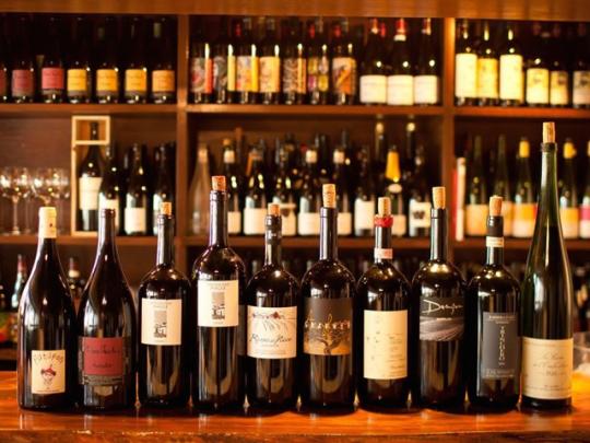 ズラリと並んだ自然派ワイン。産地や造り手などさまざま