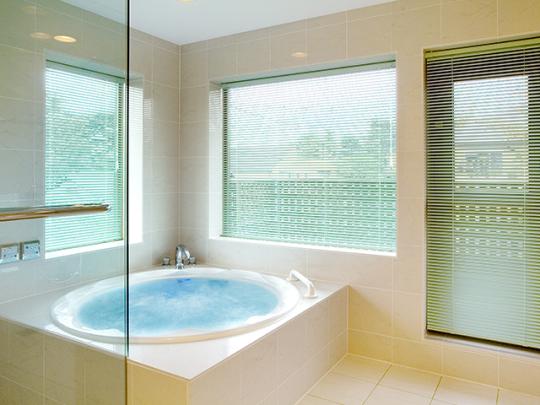 こんな素敵なデザインも個人宅の浴室。まるでホテルみたい!! 画像提供:フリーバス企画