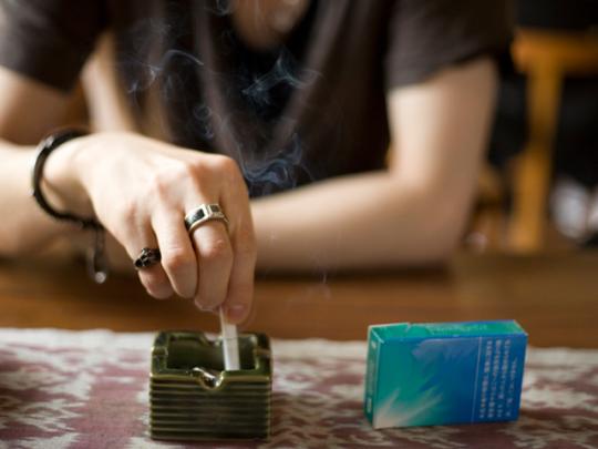 最近は喫煙できる場所が限られているため、携帯灰皿を持っていない喫煙者も。それもあって「灰皿のない家では吸いづらい」とか