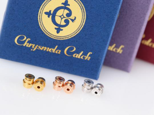 クリスメラ社のピアスキャチ4,743円(税抜き)は、ゴールドとシルバーとピンクゴールドの3種から選べる。ピアスに色味を合わせて購入できる楽しさも