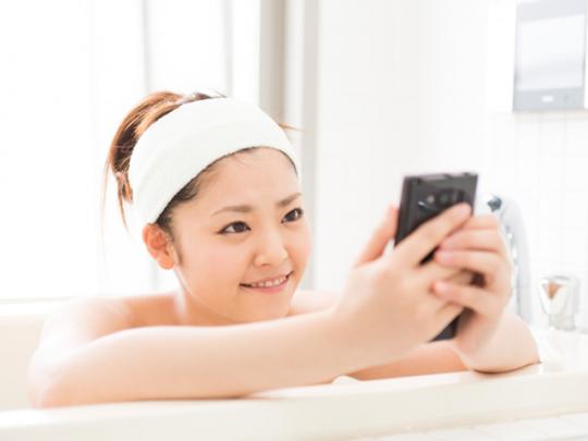 """ジップロックで""""防水仕様""""にする人も多いくらい、お風呂にスマートフォンはつきもの?"""