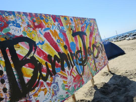 参加アーティストがボランティアで制作した看板がお出迎え