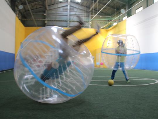 バブルボールを装着して地面を転がるのが楽しいバブルサッカー
