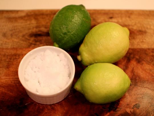 無農薬の国産レモンを使用。塩は味がまろやかになりやすい粗塩がオススメ!