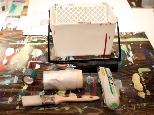 ローラーは大きい面積を塗る際、ハケは細かい部分やマスキングテープの周りを塗る際に使用