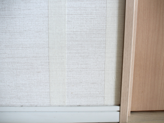 壁紙の幅が広い場合は、間にもう1ライン増やすとより安定する
