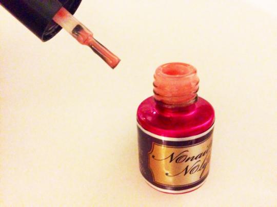 ポリッシュ型のジェルは、マニキュア感覚で塗ることができ、不器用な人の救世主