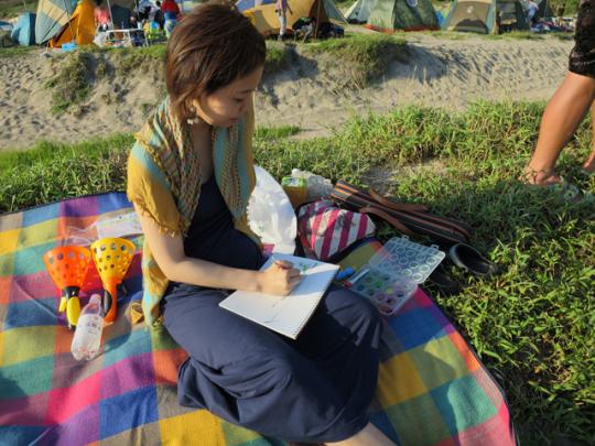 水彩画で景色を描いている人