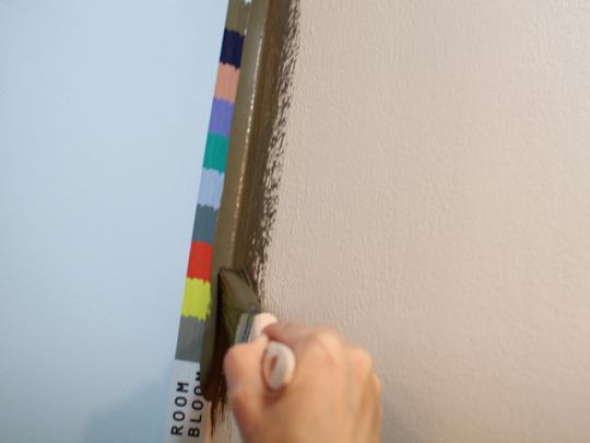ハケでペンキを上下に伸ばしながら、押しつけるようにして塗ろう