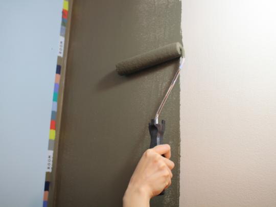 壁の上下を半分に分けて塗る。境が目線の高さこないよう、なるべく下側にしよう