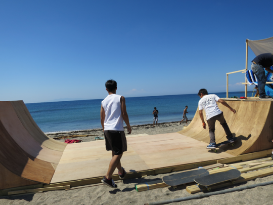 海辺にはスケボー台が! これも参加者が作成したものだそう