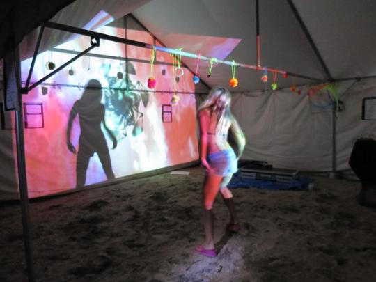 「Sound Camp」で踊る外国人と思われる金髪美女を発見!