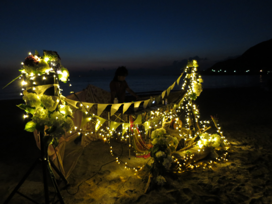 キャンドルと花、フラッグなどで装飾されたDJブース