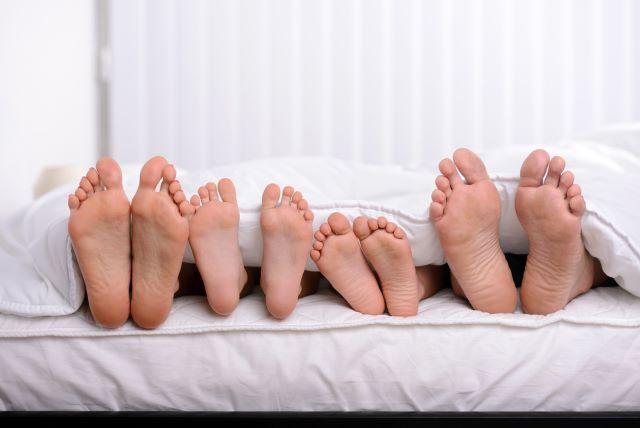 家族の足が並んでいるイメージ