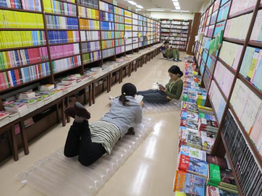 本に囲まれた空間で1泊2日を自由に過ごす参加者たち