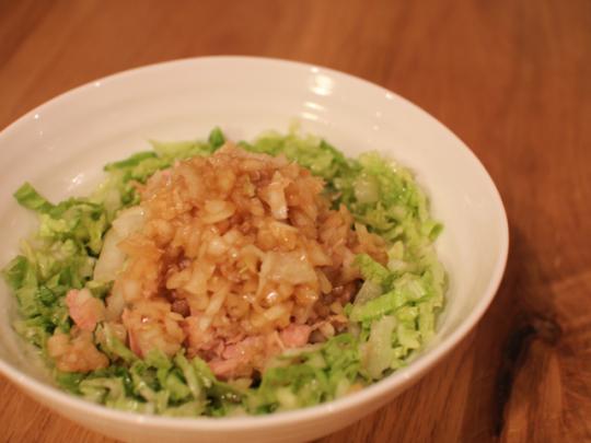 お皿に出して盛りつけ。細かく刻んだサラダなどは瓶から食べてもOK