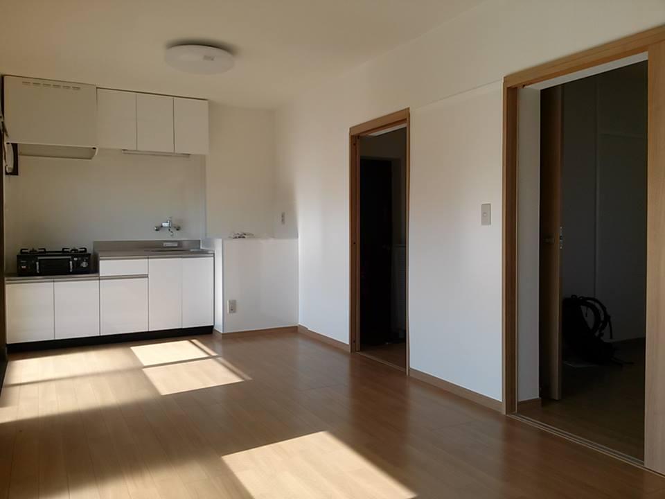 10.5畳と広めのリビング。窓からの日差しがあたたかく、収納スペース充実な1LDK。