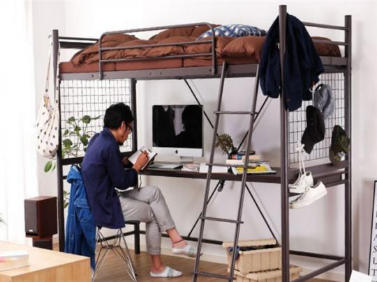高さを活用すれば、ワンルームにデスクとベッドを置いても広々!(ロフトベッド パイプベッド 宮付 デスク付き シングル ブラック。画像提供:ブラック通販家具のロウヤ ※モデル身長173センチ)