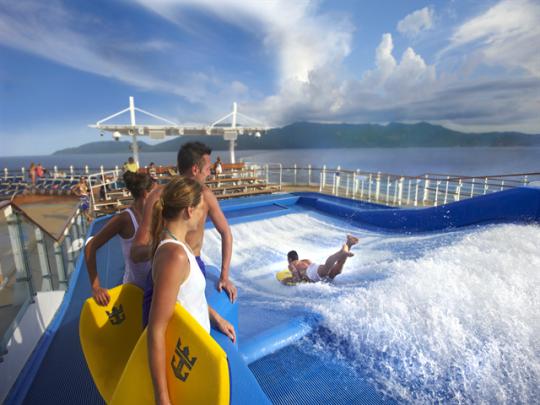 船の上でサーフィンやウェイクボードができちゃう!(船「ボイジャー・オブ・ザ・シーズ」 フローライダー)
