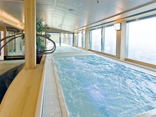 まるでプールのような広さの大浴場。(船「ダイヤモンド・プリンセス」 泉の湯)