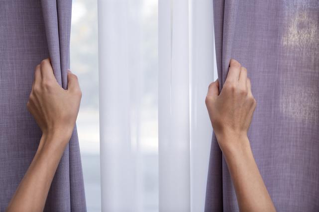 紫外線対策のためにカーテンを閉める様子