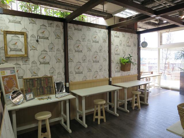 こちらは細かい手作業で小物を作れるスペース「atelier」は、壁紙もオシャレでガーリーな雰囲気