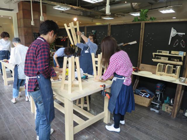 取材当日には、店名を冠したワークスペース「tukuriba」で、スツール作りのワークショップが行われていた