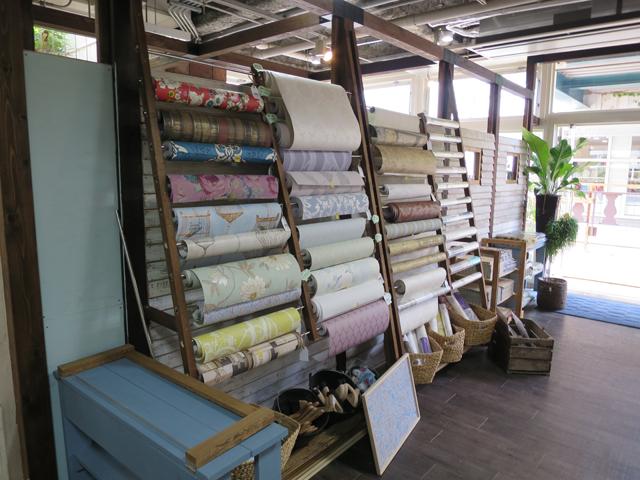 世界各国から厳選したという壁紙は1メートル単位で販売。壁紙貼りのワークショップも開催されている
