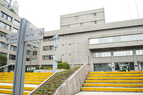 黄色い階段が目印の品川区役所