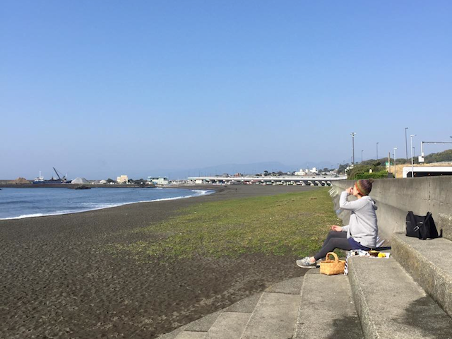 家から少し歩くと目の前に広がる海。食事を持って行けば、ピクニック気分を楽しめる