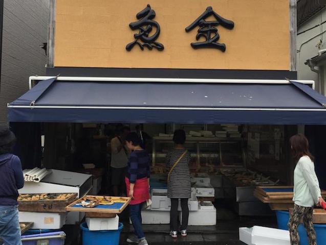 鮮魚店には、近くの漁港で穫れた新鮮な魚が並ぶ