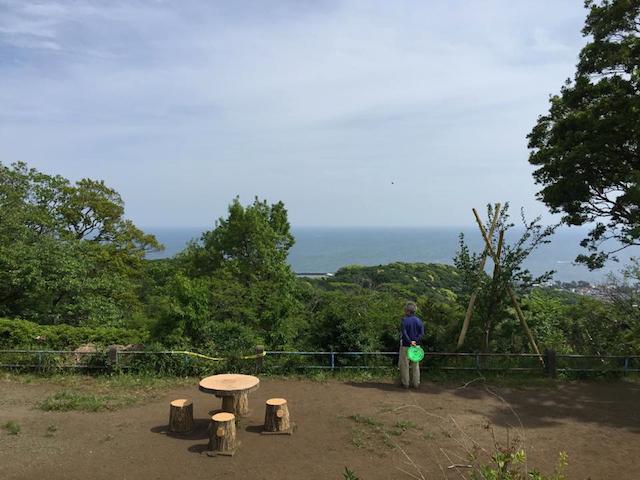すぐ近くの丘からは、海を見下ろす絶景を楽しめる
