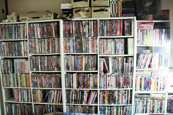 3000本はあるというDVD。これに加え、VHSが800本もあったそうだ
