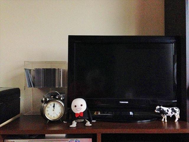 今回は、わが家のテレビまわりをちょい変え。物が少なく、かなり殺風景だ……