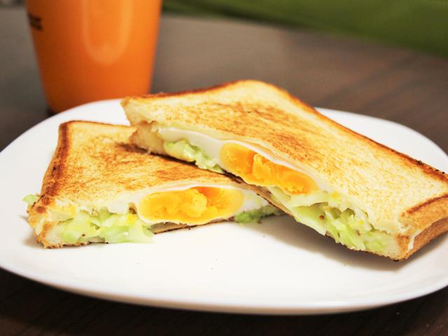 ハムとチーズを挟んだり、前日に余ったカレーなどをサンドしたりするのも◎
