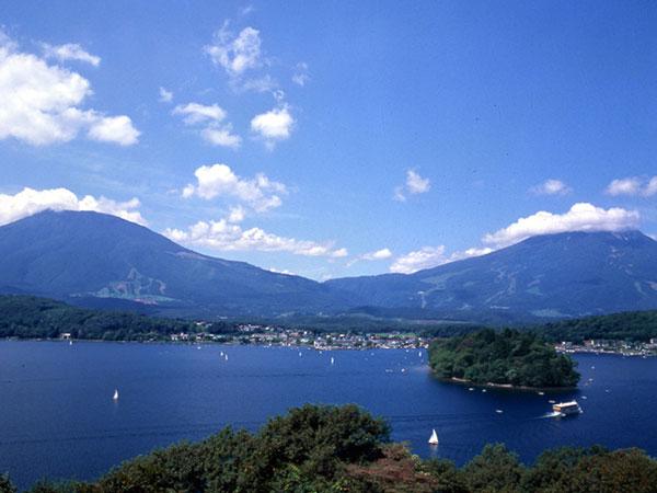 町名「信濃」は旧国名に由来する。写真は、夏の野尻湖の様子。