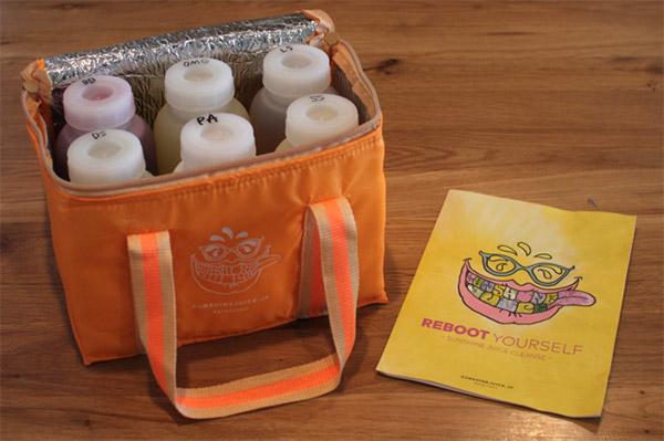 保冷バッグに入れられた1日分のジュース。1本400ml、合計6本あるので結構な重さになる