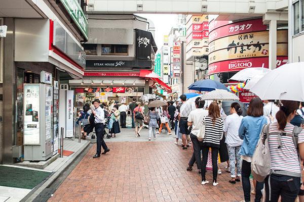 松坂牛メンチカツが有名な「サトウ」の前には、行列が絶えない