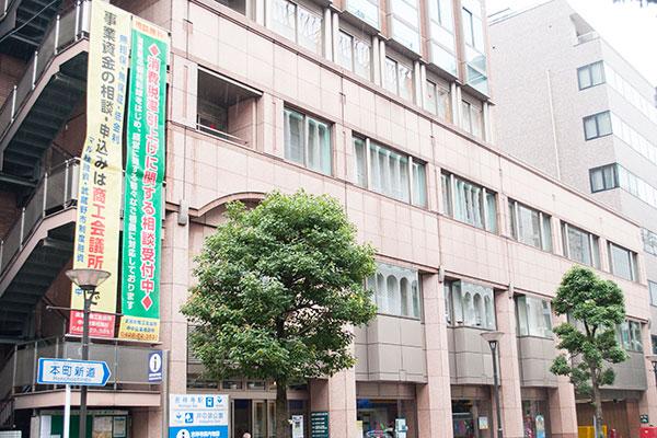 駅近くにある「吉祥寺市政センター」。手続きなどはこちらへ
