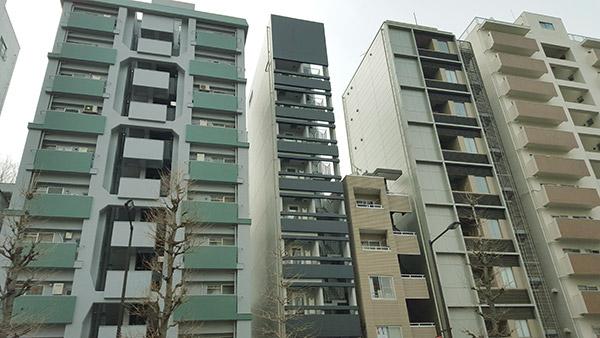 中央の細身の黒いマンションが「Creation 六義園」である
