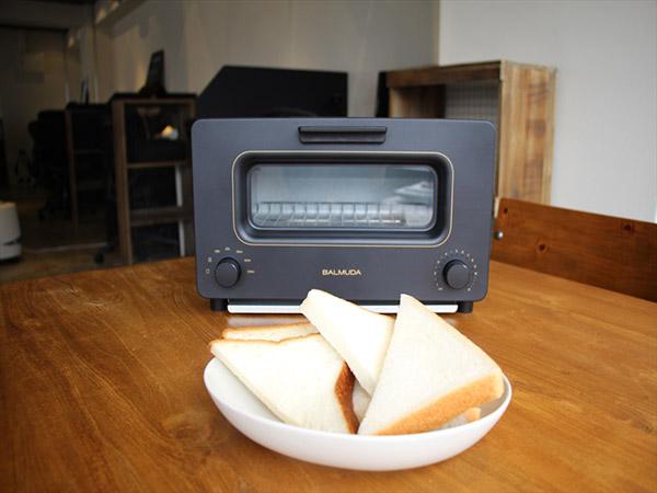 コンビニの食パンが激ウマに!? 「バルミューダ ザ・トースター」で食べ比べ
