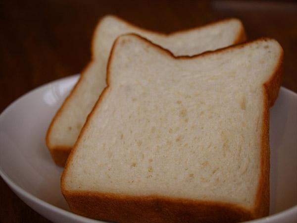近所のお気に入りのパン屋さんの食パン